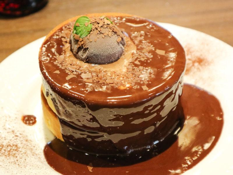 星乃珈琲の「生チョコレートのスフレパンケーキ(ダブル)」